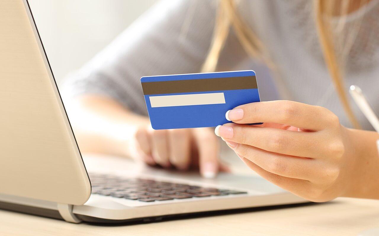تحریم ها موجب قطع ارتباط شهروندان داخل ایران با بانک های جهانی و عدم امکان استفاده از کارت های بانکی بین المللی شده است.